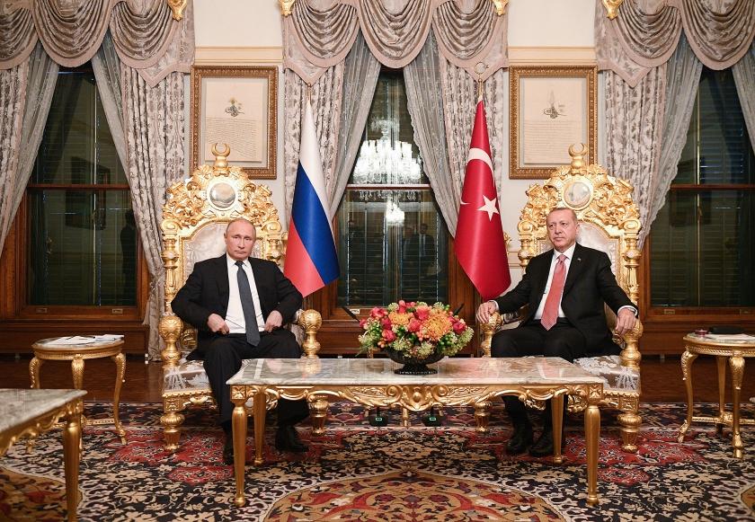 Een ontmoeting van de Russische president Putin (links) en de Turkse president Erdogan in Istanbul,  vorig jaar november.  (epa / Ramil Sitdikov)
