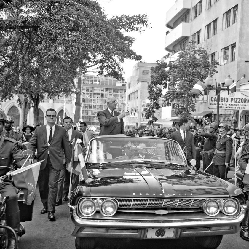 Charles de Gaulle op bezoek in Caracas (1964). Het is een van de gebeurtenissen uit een voorbije tijd waaraan Venezolanen elkaar graag herinneren op sociale media.   (afp)