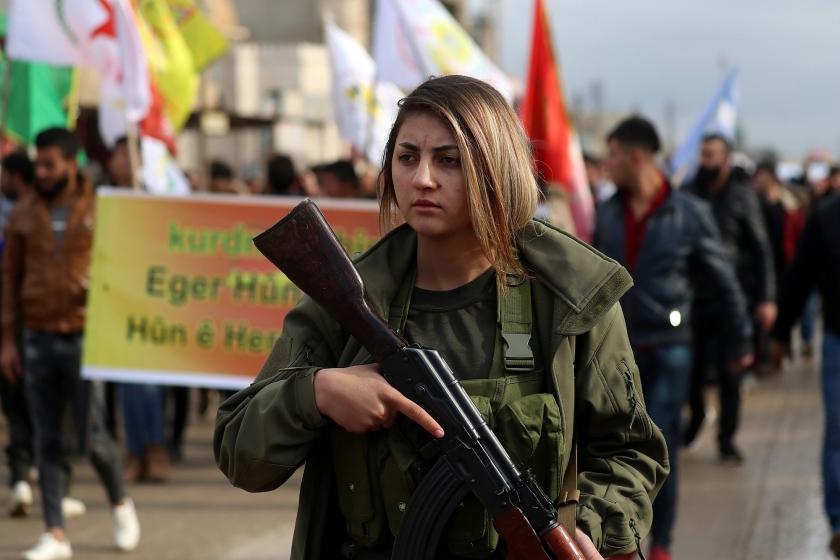 Een soldaat van het leger van het Zelfbestuur van Noord-Syrië (SDF) deed afgelopen week mee aan een demonstratie tegen Turkije, dat dreigt dit gebied binnen te vallen nu de VS hebben besloten hun troepen terug te trekken.  (afp / Delil Souleiman)