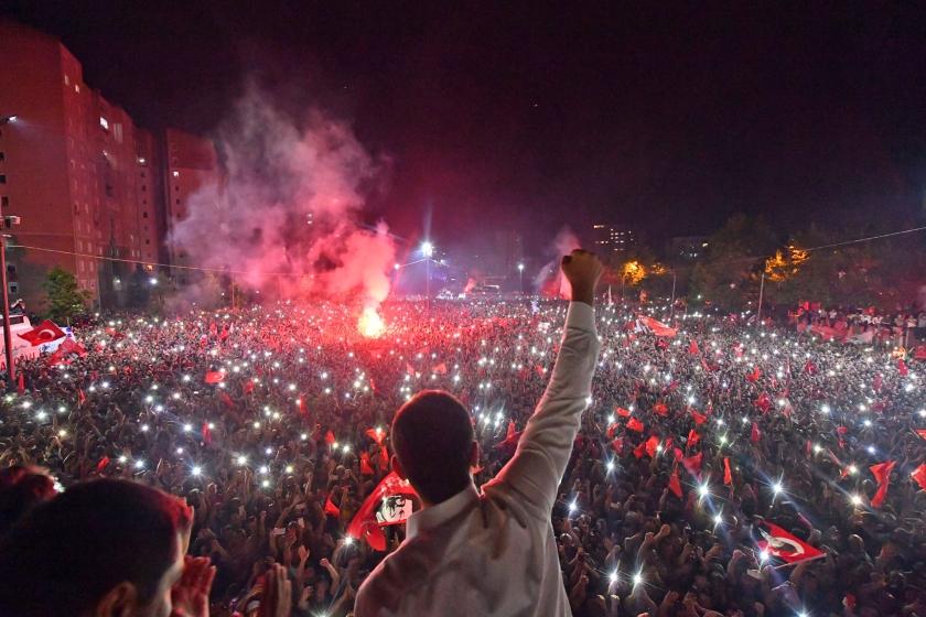 Minister Stef Blok van Buitenlandse Zaken moet de overwinning van de Turkse oppositie bij de burgemeestersverkiezingen van afgelopen zondag gebruiken om Nederlandse staatsburgers die in Turkije vastzitten, vrij te krijgen.  (epa / Onur Gunal)
