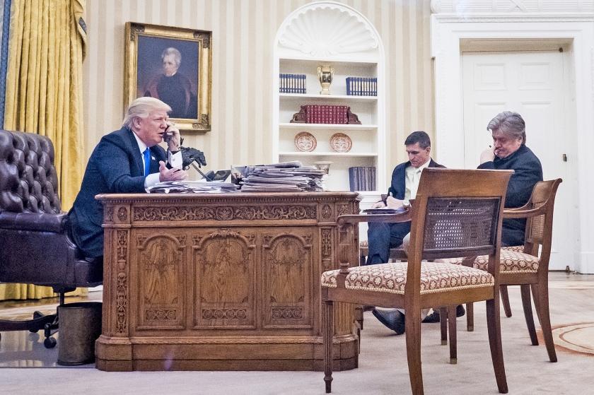 President Trump belde de afgelopen dagen enkele keren met de Australische premier Malcolm Turnbull. Hier zitten veiligheidsadviseur Michael Flynn en chefstrateeg Steve Bannon erbij.  (ap / Pete Marovich)