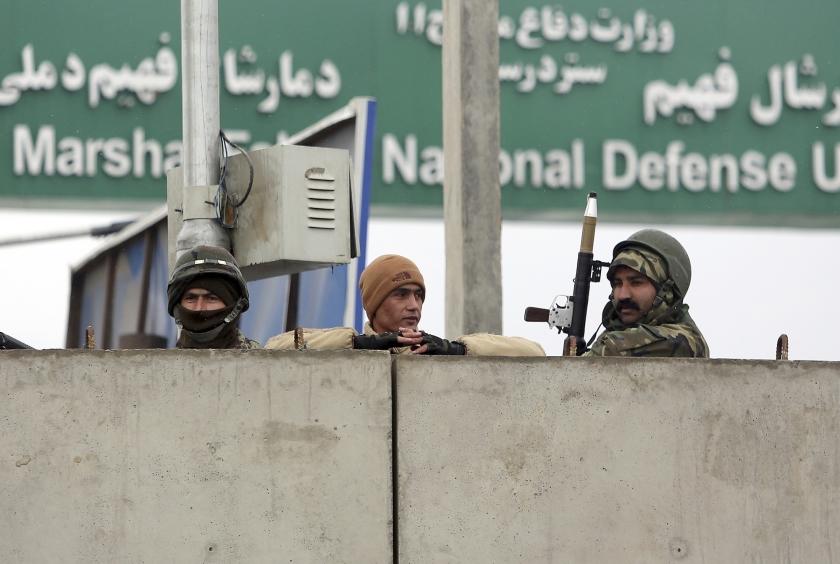 Afghaanse militairen op wacht bij de toegangspoort van de militaire academie in Kabul, na de aanslag op een legereenheid maandag.  (ap / Rahmat Gul)
