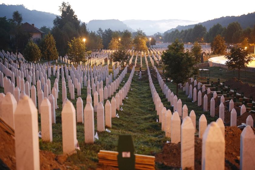 De 'veilige haven' Srebrenica werd het vertrekpunt voor de grootste massamoord uit de naoorlogse Europese geschiedenis. Op de foto: grafstenen op een begraafplaats in de buurt van Srebrenica, gekleurd door opkomende zon.  (ap / Amel Emric)