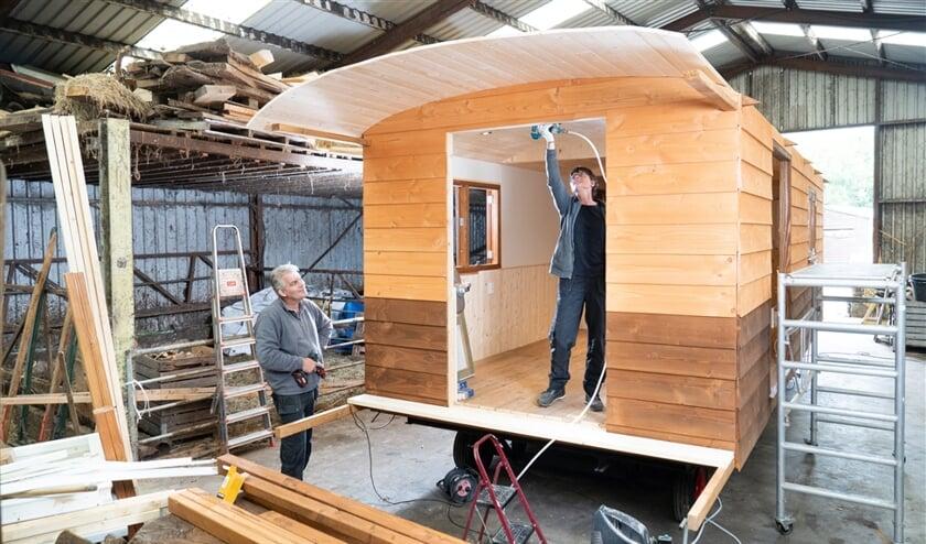 Henk en Nelly houden rekening met wensen van de koper. 'Vloerverwarming, zonnepanelen, een houtkachel of gasverwarming: in principe kan alles.'  (Niek Stam)