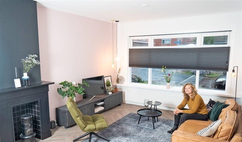 Anouk Nijhof in haar huis in Kampen, waaraan alles moest worden opgeknapt.  (Niek Stam)