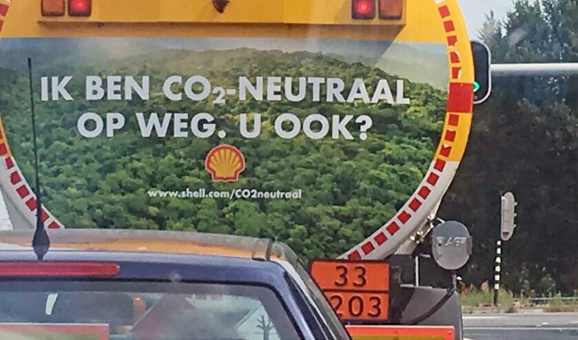 Na een tijdje in de file achter de tankwagen van Shell aan te hebben gesukkeld, drong de groene tekst achter op dit gevaarte pas echt door.  (Ger de Kok)