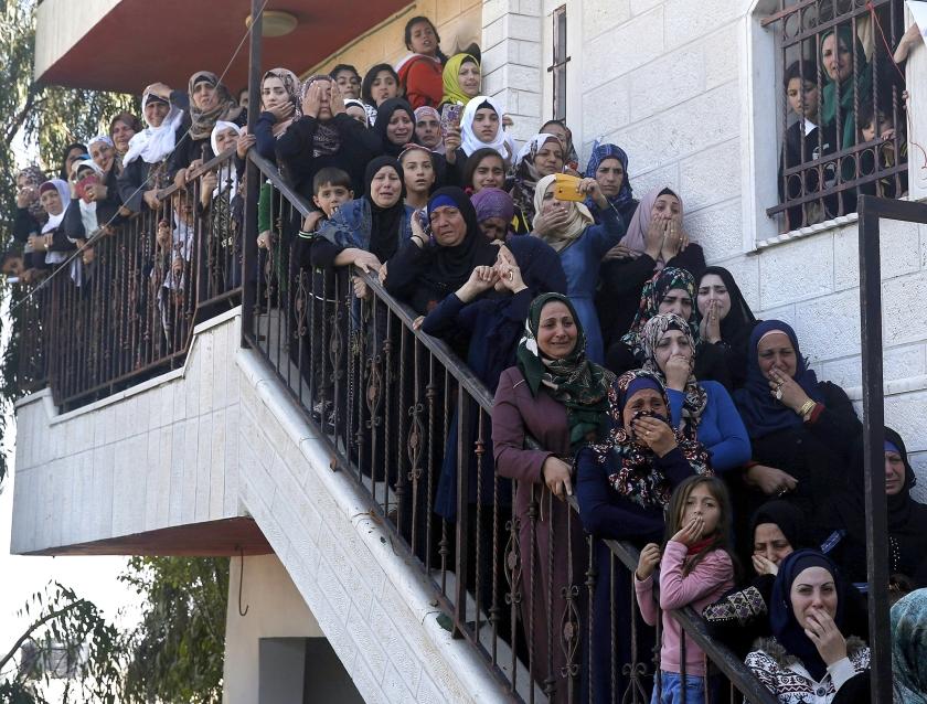 Palestijnse vrouwen in de rouw over een 22-jarige man, Raed Jaradat, in het dorp Sa'ir, bij Hebron op de Westelijke Jordaanoever. Volgens het Israëlische leger had hij een Israëli neergestoken, waarna hijzelf werd doodgeschoten.  (ap /  Nasser Shiyoukhi)