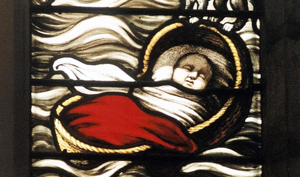 Een gebrandschilderd raam van de Sint-Elisabethsvloed in een kapel van de Grote Kerk in Dordrecht. Volgens de legende werd een baby gered in een drijvend wiegje, dat door een kat in evenwicht werd gehouden.   (regionaal archief dordrecht)