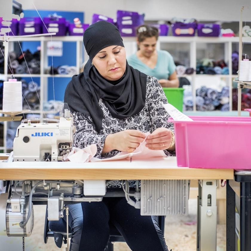 Een bedrijf als Van Hulley brengt boxershorts van oud textiel op de markt. Die boxershorts worden gemaakt door vrouwen met een afstand tot de arbeidsmarkt.   (Raymond Rutting)