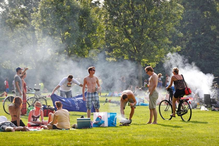 Barbecueërs in een Rotterdams park, tegen het eind van een zonnige zomerdag.  (anp / Bas Czerwinski)