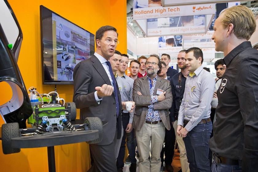 Premier Rutte in gesprek met studenten van de Technische Universiteit Eindhoven, op de Hannover Messe vorig jaar. In het regeerakkoord van zijn nieuwe kabinet wordt Eindhoven zes keer genoemd.  (anp / Vincent Jannink)