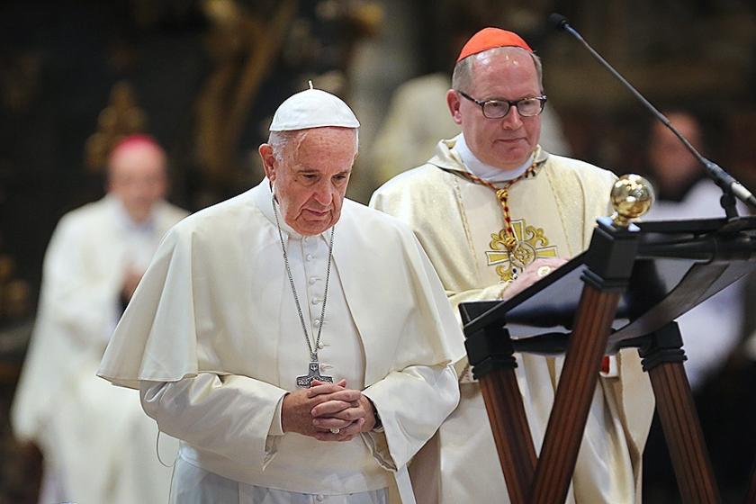 Kardinaal Wim Eijk tijdens een eucharistieviering van paus Franciscus met alle Nederlandse bisschoppen, in 2016.  (anp / Ramon Mangold)