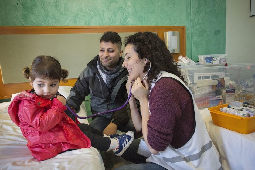 Geneeskunde omvat ook het priesterschap – in de horizontale lijn: de bekommernis om de andere mens.  Een arts van Stichting Bootvluchteling aan het werk in de opvang van vluchtelingen op het Griekse eiland Lesbos.  (anp / Arie Kievit)