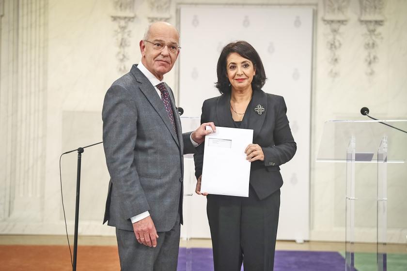 Informateur Gerrit Zalm – die zelf zijn sporen heeft verdiend als minister van Financiën – presenteerde maandag een regeerakkoord dat financieel kwetsbaar is. Rechts Tweede Kamervoorzitter Khadija Arib.  (anp / Jerry Lampen)