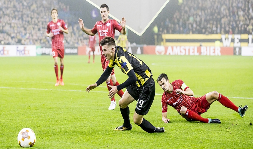 Met een schwalbe wil een voetballer straf voor zijn tegenstander uitlokken.  (anp)