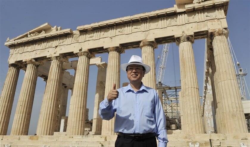 De Chinese vicepremier Zhang Dejiang bij het Parthenon in Athene, in 2010. China heeft de laatste jaren veel in Griekenland geïnvesteerd. De Grieken zullen zich niet gauw meer over de mensenrechten in China uitspreken.  (afp / Louisa Gouliamaki)