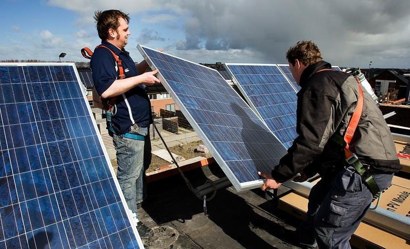 Een lokale energiecoöperatie draagt ook bij aan de sociale cohesie in de wijk en creëert werkgelegenheid voor lokale aannemers.  (anp / Lex van Lieshout)