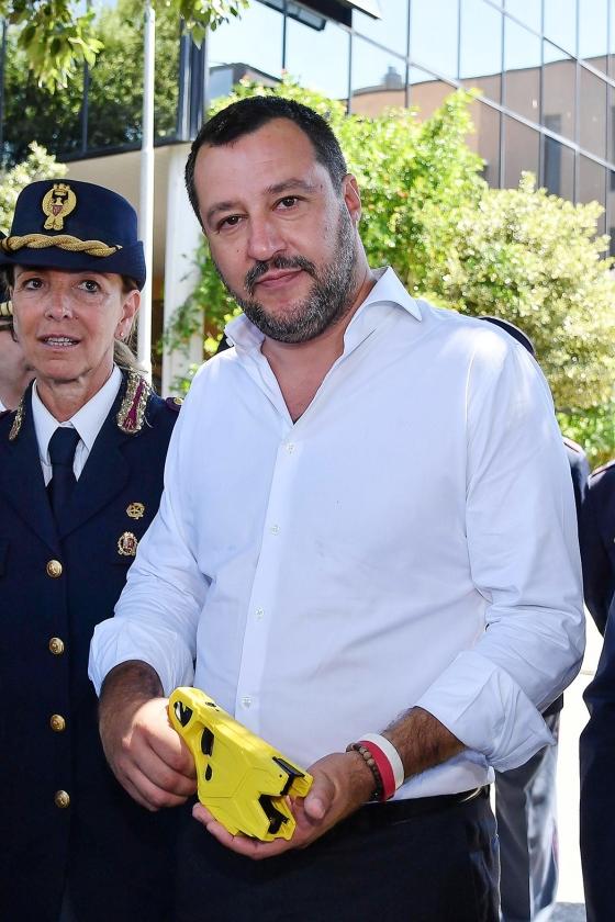 De Italiaanse minister Matteo Salvini   (sea-watch international en epa / Alessandro Di Meo)