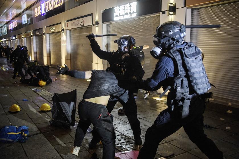 De politie schoot afgelopen weekend gericht, demonstranten en ook toevallige voorbijgangers werden in elkaar geslagen, er vloeide meer bloed dan ooit in de straten van Hongkong.  (afp / Anthony Wallace)