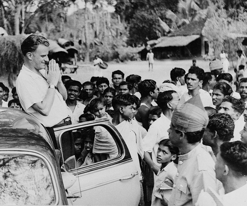 Evangelist Billy Graham op toernee in India, in 1956.  (ap)