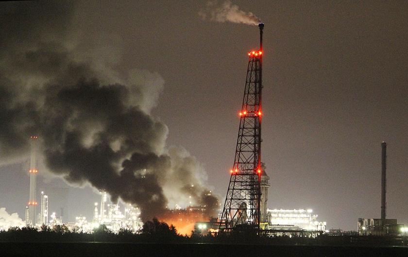 Een grote brand bij Shell Moerdijk in 2014 bracht mens en milieu in gevaar; daarvoor kreeg het concern deze week een boete opgelegd. beeld anp  (anp)