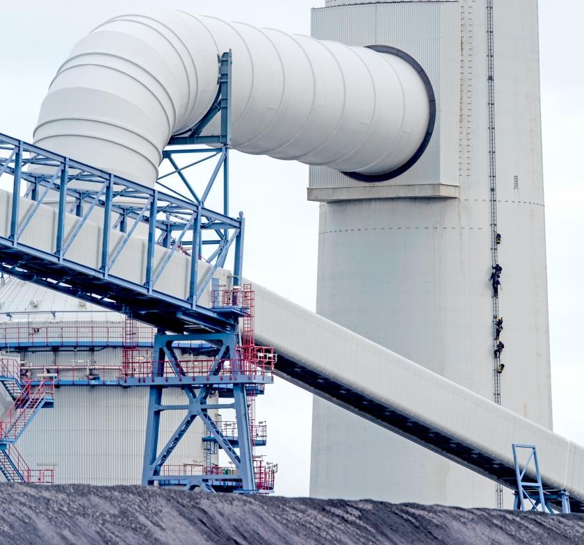 Actievoerders van Greenpeace beklommen in februari uit protest de 175 meter hoge schoorsteen van de nieuwe kolencentrale van E.ON op de Maasvlakte.  (anp / Robin van Lonkhuijsen)