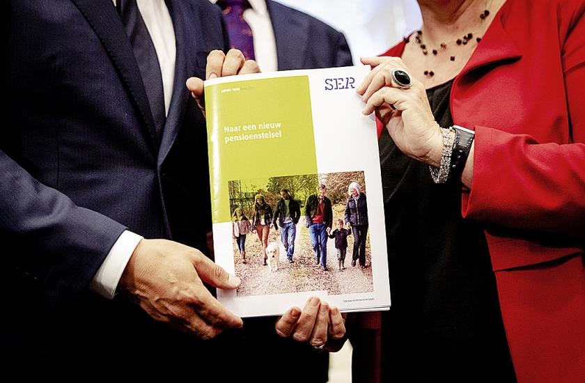 Minister Koolmees en FNV-voorzitter Han Busker presenteerden woensdag een pensioenakkoord. De AOW-leeftijd gaat daarin – voorlopig – minder omhoog.  (volkskrant, anp / Robin van Lonkhuijsen)
