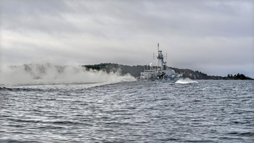 Een Zweeds oorlogsschip patrouilleert voor de kust van Stockholm. Zweden, en ook Finland, zien af van lidmaatschap van de NAVO als gevolg van Russische oorlogstaal dat een keus voor de NAVO niet onbeantwoord zou zijn gebleven.  (ap / Anders Wiklund)
