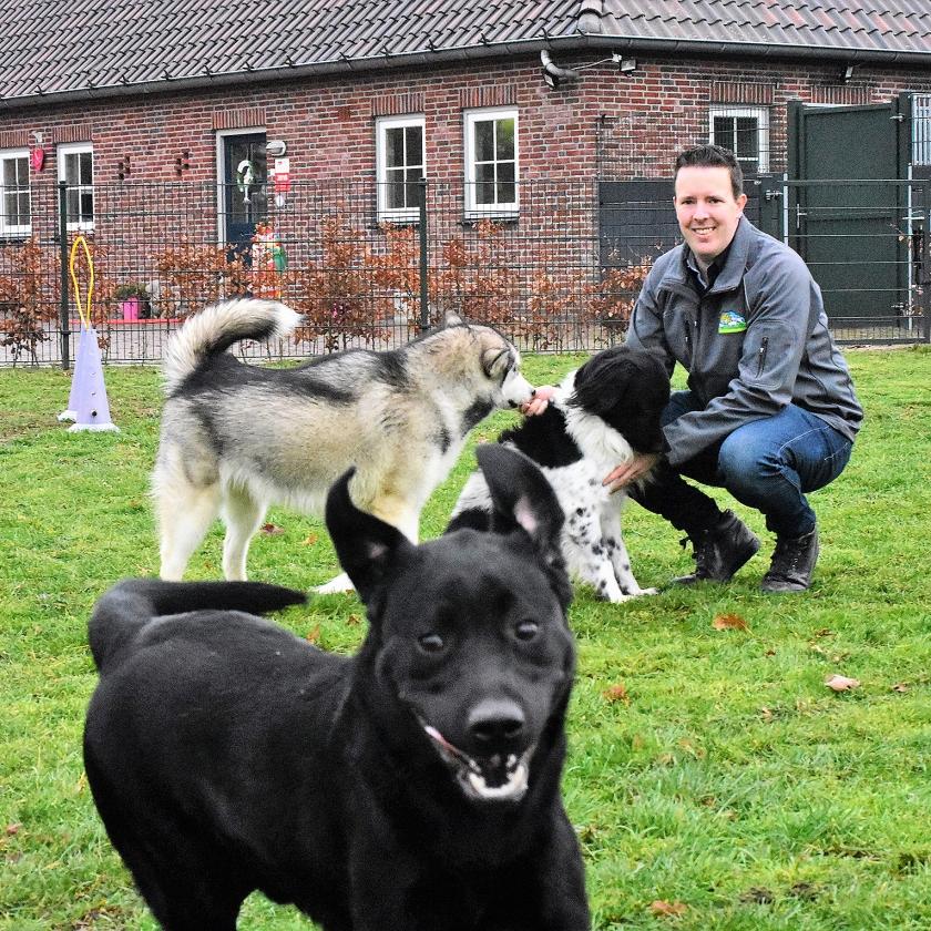 Eigenaar Harvy Schouten van pension De Lofert in Berlicum met een paar van zijn gasten.  (Theo Haerkens)