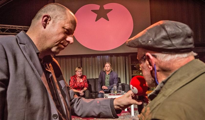 Kandidaat-voorzitters Jannie Visscher en Patrick van Lunteren (midden) worden onder vuur genomen.  (Arie Kievit)