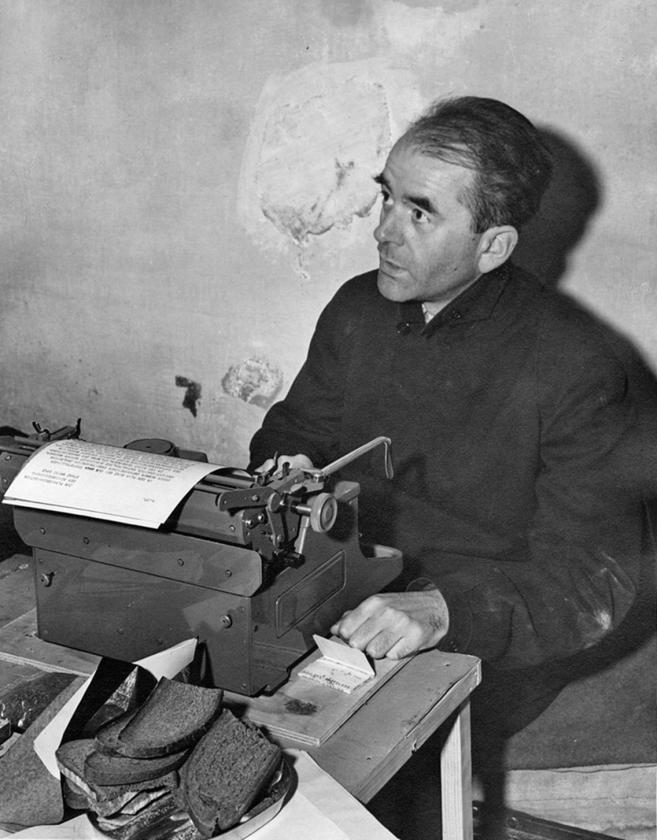 Albert Speer in zijn cel in Neurenberg in 1945.   (bundesarchiv)