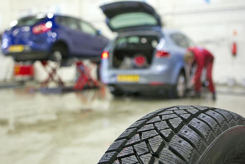 Eenderde van de personenauto's rijdt in de winter op winterbanden.  (anp / Lex van Lieshout)