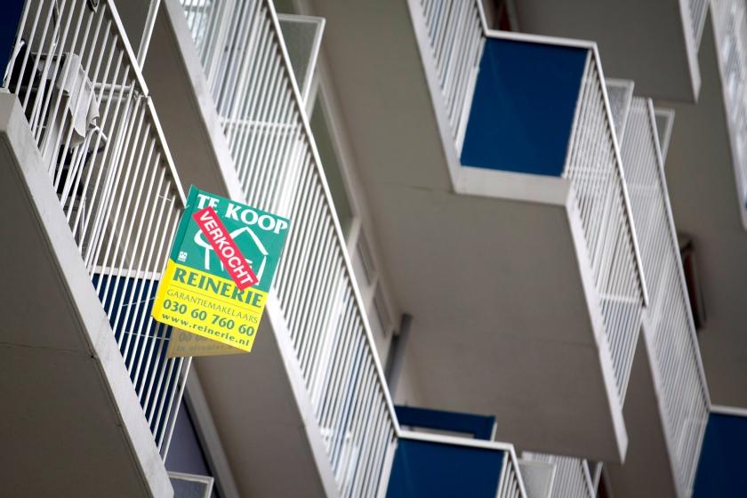 Huizenprijzen zijn niet heilig. Er kan zo 30 procent vanaf gaan. Zeker nu mensen vanwege de lage rente steeds meer kunnen lenen. De maandlasten zijn dan immers laag. En dat jaagt de huizenprijzen verder op.  (anp / Jeroen Jumelet)