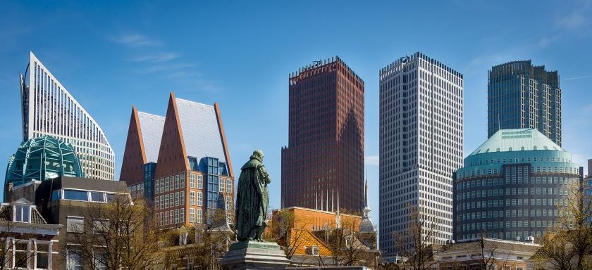Het ministerie van Volksgezondheid – gevestigd in het gebouw met de twee puntdaken – was in 90 procent van de Wob-verzoeken te laat met een antwoord.  (anp / Lex van Lieshout)
