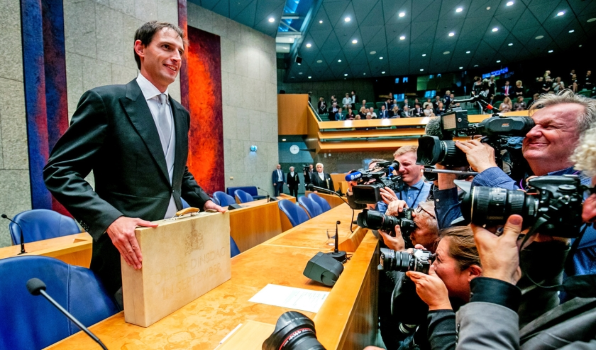 Minister Wopke Hoekstra van Financiën presenteerde op Prinsjesdag in de Tweede Kamer het koffertje met de rijksbegroting en miljoenennota.  (anp)