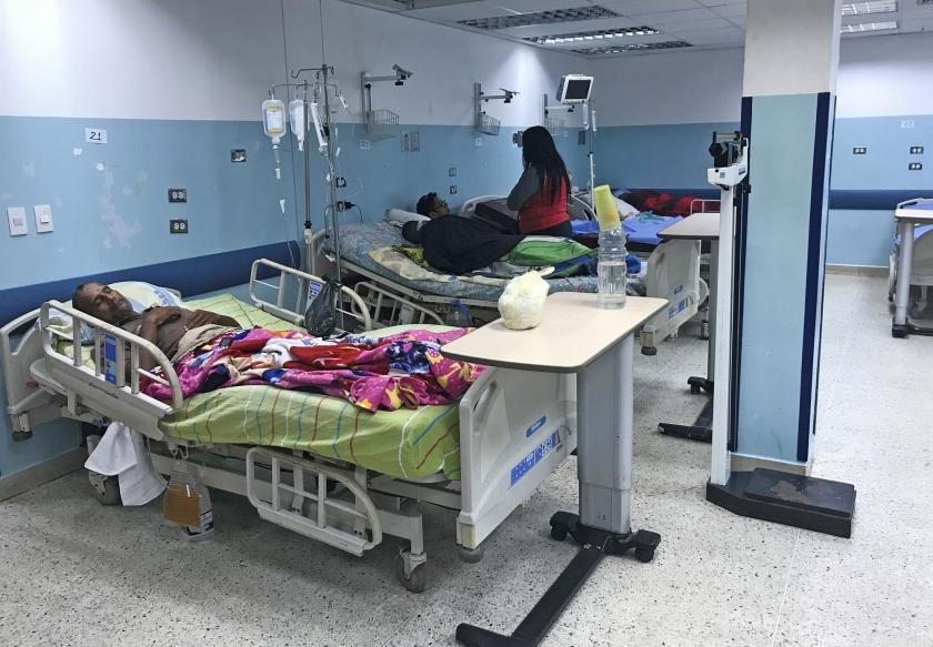 Patiënten in het Dr. Miguel Perez Carrenoziekenhuis in het westen van de Venezolaanse hoofdstad Caracas. Er liggen duizenden Venezolanen op sterven door gebrek aan medicijnen en voedsel.  (afp / Yuri Cortez)
