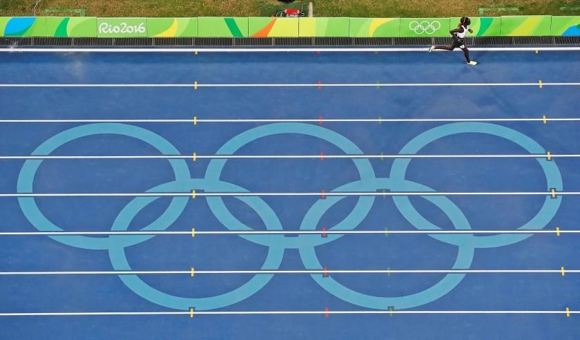 Anjelina Nadai Lohalith loopt nog haar 1500 meter terwijl haar tegenstanders al klaar zijn.  (ap / Morry Gash)