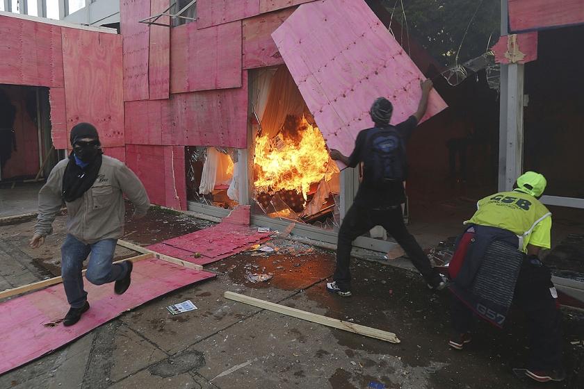 Demonstranten steken het ministerie van Landbouw in brand. De politie kreeg de situatie onder controle, maar toch stuurde president Temer het leger op de demonstranten af.  (ap / Eraldo Peres)