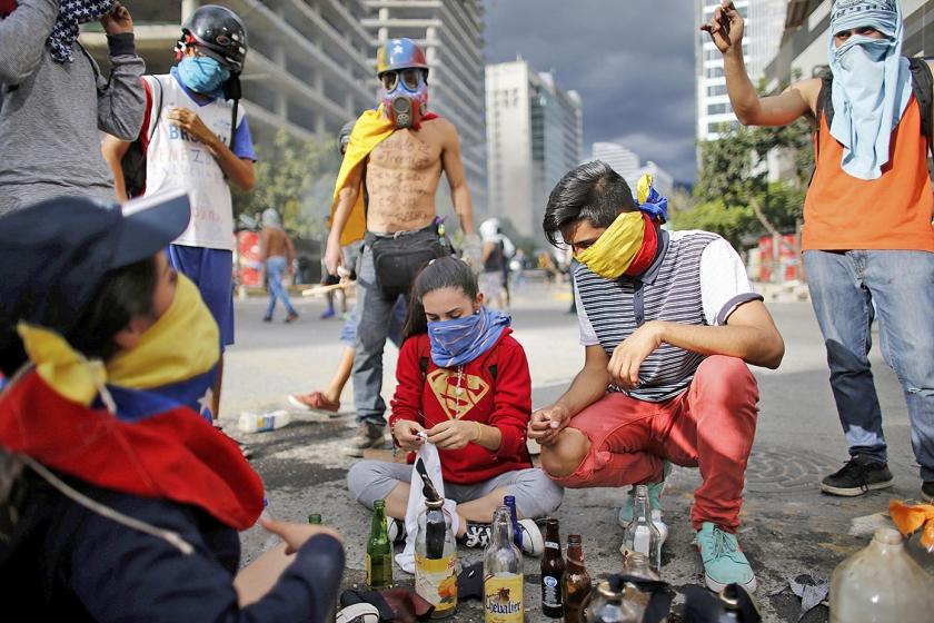 Demonstranten tegen de regering-Maduro tijdens een van de protesten in de afgelopen weken. Iedereen die betrokken is geweest bij het verzet, zou voor de gewraakte waarheidscommissie moeten verschijnen.  (ap / Ariana Cubillos)