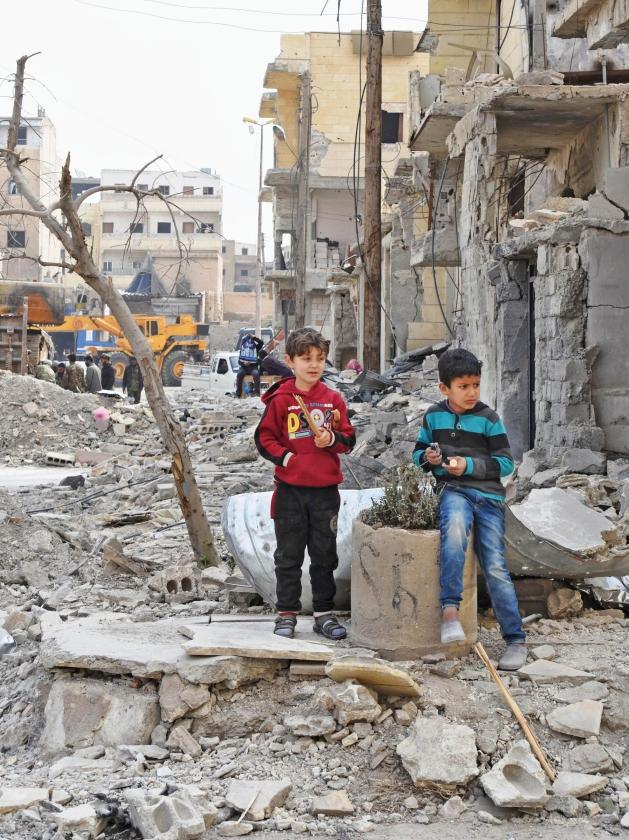 Spelende kinderen in verwoest Raqqa, tot voor kort de zelfverklaarde hoofdstad van door ISIS bezet gebied.   (ap)