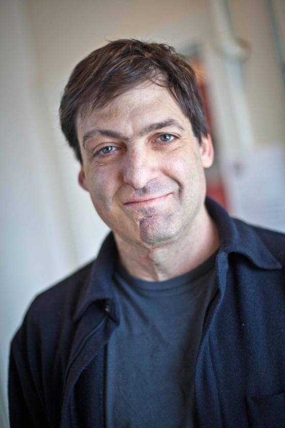 Ariely zoekt naar gedragsprikkels waardoor mensen minder jokken, gemotiveerder aan het werk gaan en meer rekening houden met hun medemens.   (poptech)