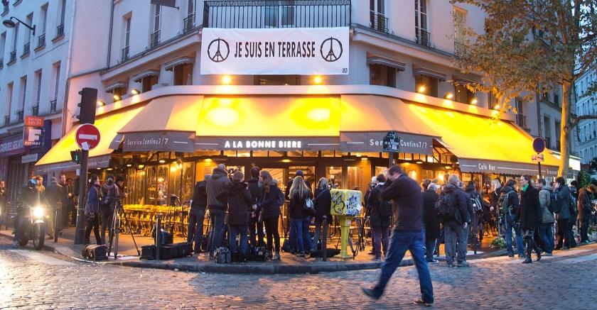 De heropening van café A La Bonne Bière in Paris trok vrijdag veel belangstellenden, vooral journalisten.  (ap / Jacques Brinon)