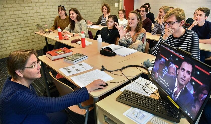 Studenten volgen college Nederlandse letterkunde en cultuur van hoogleraar Lotte Jensen, aan de Radboud Universiteit in Nijmegen.  (Marcel van den Bergh en graphic news)