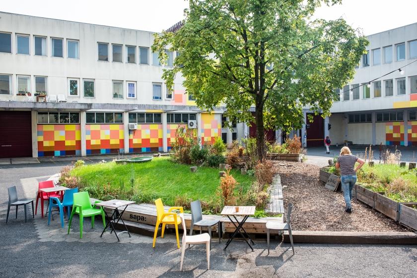 Het binnenplein van de voormalige Bijlmerbajes, waar nu pop-uprestaurant A Beautiful Mess is gevestigd.  (Simon Lenskens)