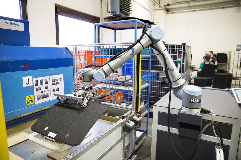 De robot die bij Berco in Schijndel automatten uit de machine haalt, kan geen andere taken verrichten. Ook moet hij door een mens in de gaten worden gehouden. Daar staat tegenover dat hij geen pauze hoeft te nemen en een hogere dagproductie haalt dan een mens.  (Arie Kievit)