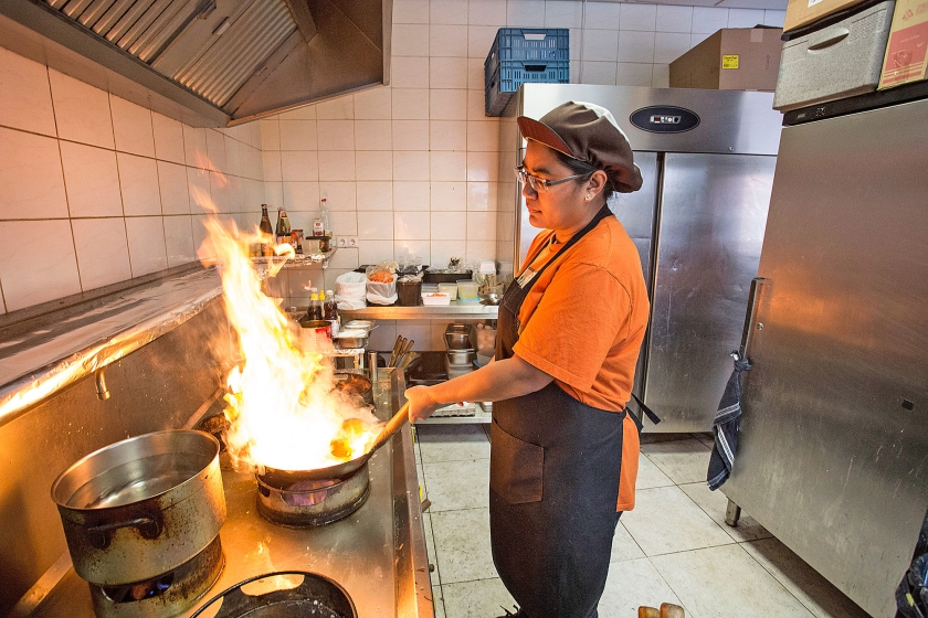 In het Thaise afhaalrestaurant Mathulada in Oud-Beijerland laait het vuur flink op. Bij het wokken wordt het gerecht kort flink verhit, dat kost even wat gas.  (Arie Kievit)