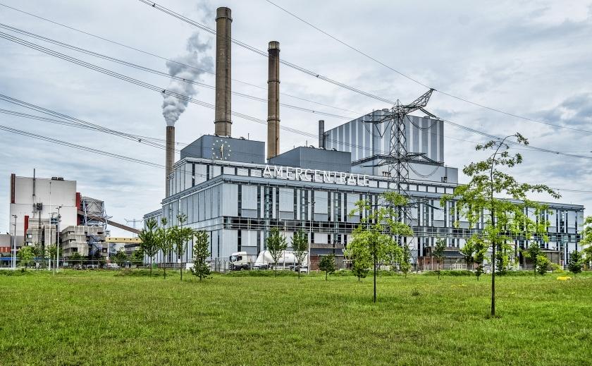 De Amercentrale van RWE in Geertruidenberg. RWE wil steenkool grotendeels vervangen door zaagsel.  (Raymond Rutting)