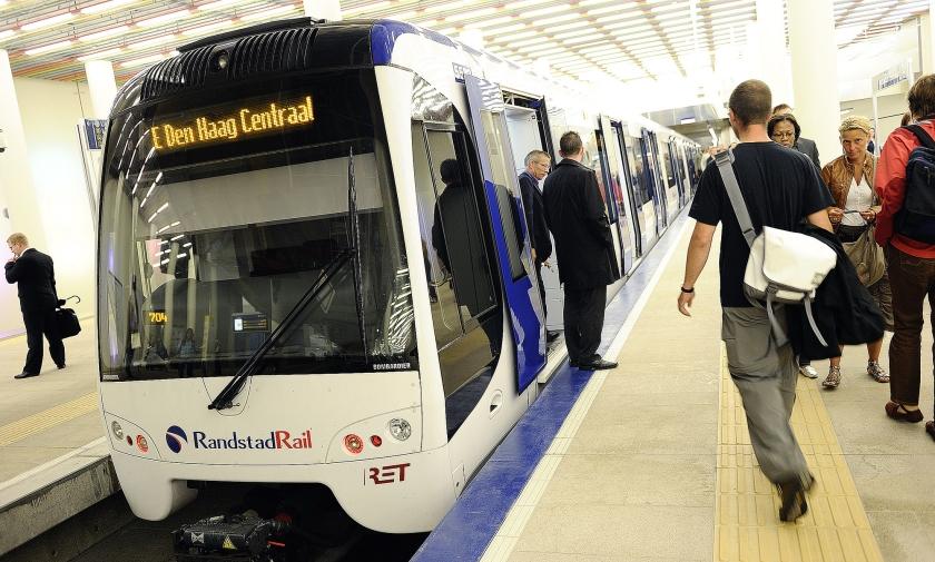 De Randstadrail, die sinds een jaar of tien Den Haag, Zoetermeer en Rotterdam met elkaar verbindt, trekt ieder jaar meer reizigers.  (anp / Lex van Lieshout)