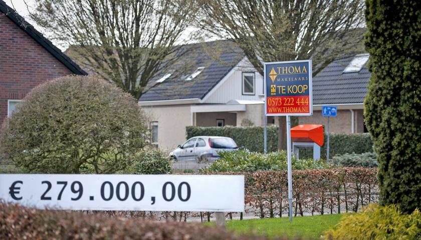 In de Achterhoek is de gemiddelde huizenprijs nog altijd 7,5 procent lager dan in 2008. In Barchem voerden inwoners in 2013 actie om tientallen leegstaande woningen in het Achterhoekse plaatsje te verkopen.  (anp / Remko de Waal)