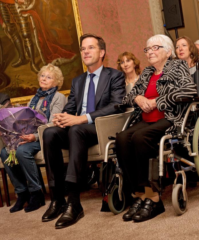 Freddie (l.) en Truus Oversteegen, verzetsvriendinnen van Hannie Schaft, kregen in 2014 het Mobilisatie Oorlogskruis uitgereikt door premier Mark Rutte.   (anp / Jerry Lampen)